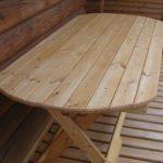 Table ronde en bois sur la véranda
