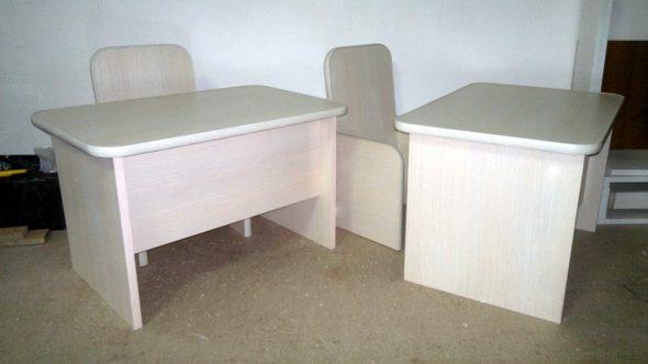 Tables et chaises assemblées