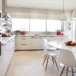 Cuisine moderne avec table ovale blanche