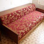 Vieux canapé soviétique dans la nouvelle sellerie marron