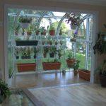 Hyllyt kasvihuoneelle talossa