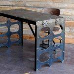 Élégante table en métal avec pieds d'origine