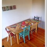Table faite main avec un dessus de table multicolore