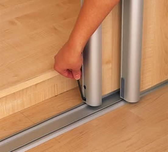 En tournant la clé dans le sens des aiguilles d'une montre ou dans le sens inverse des aiguilles d'une montre, la porte peut être abaissée ou relevée.