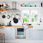 Vaisselle blanche brillante sur les étagères ouvertes - la décoration de la cuisine