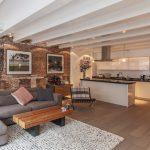Table basse pour l'appartement dans le style loft