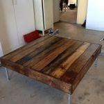 Table basse en planches avec pieds en métal