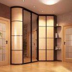 Cabinet avec miroir dans le couloir