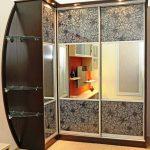 Armoire d'angle avec étagères en verre à l'intérieur