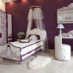 Chambre blanc-violet avec un auvent sur le lit