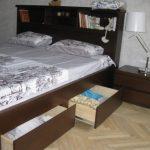 Lit king size avec tête de lit intégrée et étagères en bas
