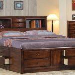 Lit en bois avec une tête de lit sous la forme d'un rack et des tiroirs intégrés