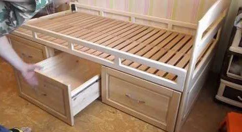 Lit en bois avec tiroirs