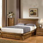 Ensemble de meubles en bois avec des tiroirs inhabituels pour la chambre