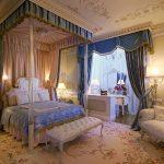 Chambre de luxe classique avec un auvent sur le lit
