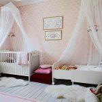 Auvent de beaux enfants dans la chambre des filles