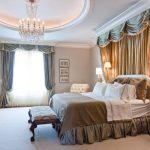 Beaux rideaux et baldaquin dans la chambre