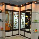 Belle armoire d'angle avec des fleurs