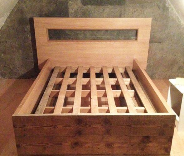 Lit de planches de bois