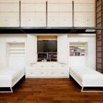 Transformateur de meubles dans un petit appartement avec de hauts plafonds