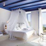 Chambre design avec baldaquin blanc