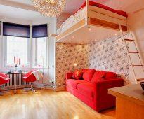 Klein appartement voor twee met een bed onder het plafond