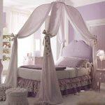 Tendre chambre à coucher avec verrière en forme de dôme