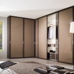 Grande armoire d'angle dans un style moderne.