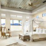 La verrière transparente ajoute du confort à la chambre à coucher