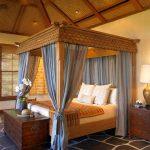 Auvent bleu et lit en bois luxueux