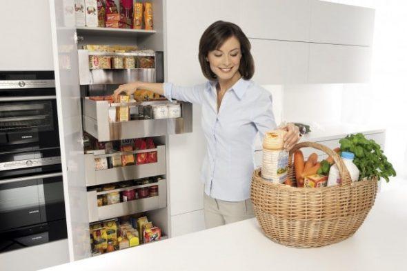 Placer les ustensiles de cuisine dans les tiroirs