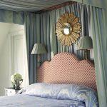Lit et décoration murale dans la chambre avec un auvent