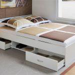 Caisses et étagères sous le lit pour un usage rationnel
