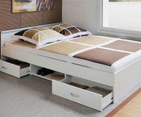 Kratten en planken onder het bed voor een rationeel gebruik