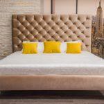 Tête de lit en velours avec lit capitonné