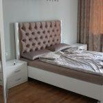 Mobilier blanc dans la chambre avec tête de lit