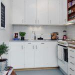 Meuble de cuisine blanc comme neige avec armoires murales jusqu'au plafond