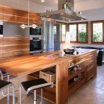 Grand et confortable îlot en bois dans la cuisine