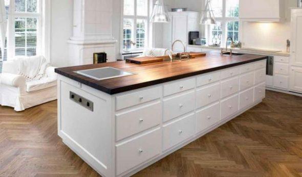 Comptoir en bois dans la cuisine blanche comme neige