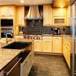 Armoires en bois au plafond dans la cuisine