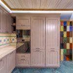 Conception de cuisine intéressante avec des armoires hautes et des bidons de style campagnard