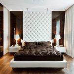 Tête de lit blanche sur tout le mur