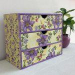 Commode en carton à fleurs violettes