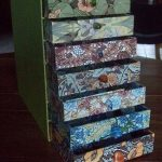 Coffre en carton avec tiroirs multicolores