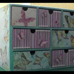 Coffre en carton décoré de papillons