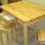 Un ensemble de meubles pour la cuisine de pin