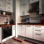 Beau coin cuisine avec armoires fonctionnelles jusqu'au plafond.