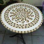 Table ronde en mosaïque joliment décorée