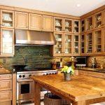 Belles armoires de verre dans la cuisine spacieuse