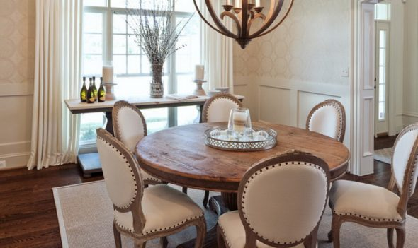 Belle et spacieuse table en bois